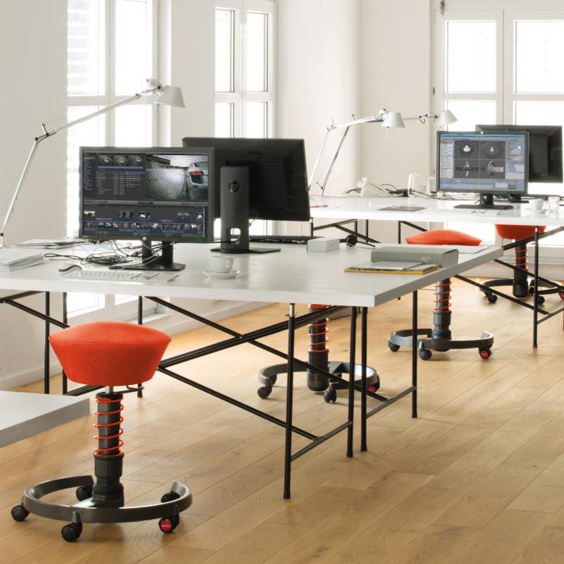 czerwony swopper - aktywne krzesło w biurze