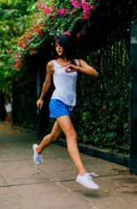 młoda kobieta wykonująca ćwiczenia
