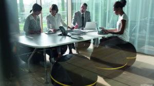 siedzenie na piłce w biurze