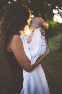 kobieta trzymająca niemowle