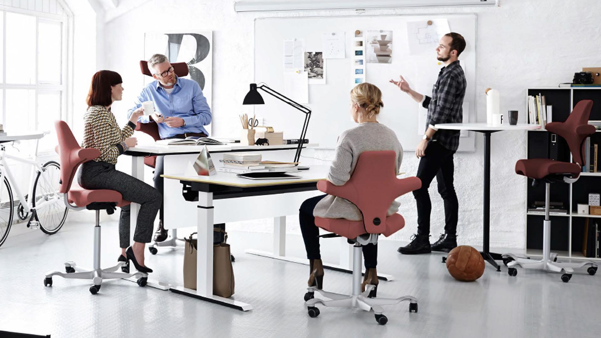 aktywna przestrzeń pracy HSR a siedzenie na piłce
