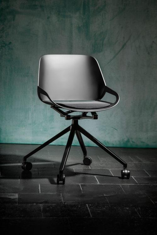 nowoczesne czarne krzesło numo nagroda RDD