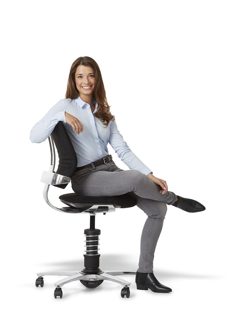 kobieta siedzi na fotelu 3Dee
